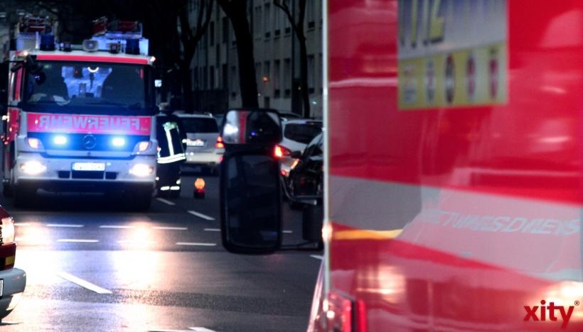 Düsseldorf: Brennender Sperrmüll beschädigte Auto und Baum (Foto: xity)