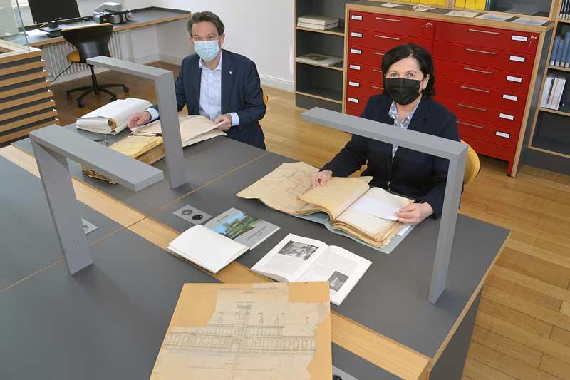 Als erste Benutzer kamen Landrätin Eva Irrgang und Soests Bürgermeister Dr. Eckhard Ruthemeyer in den Lesesaal im gemeinsamen Archivgebäude von Kreis und Stadt. (Foto: Thomas Weinstock)
