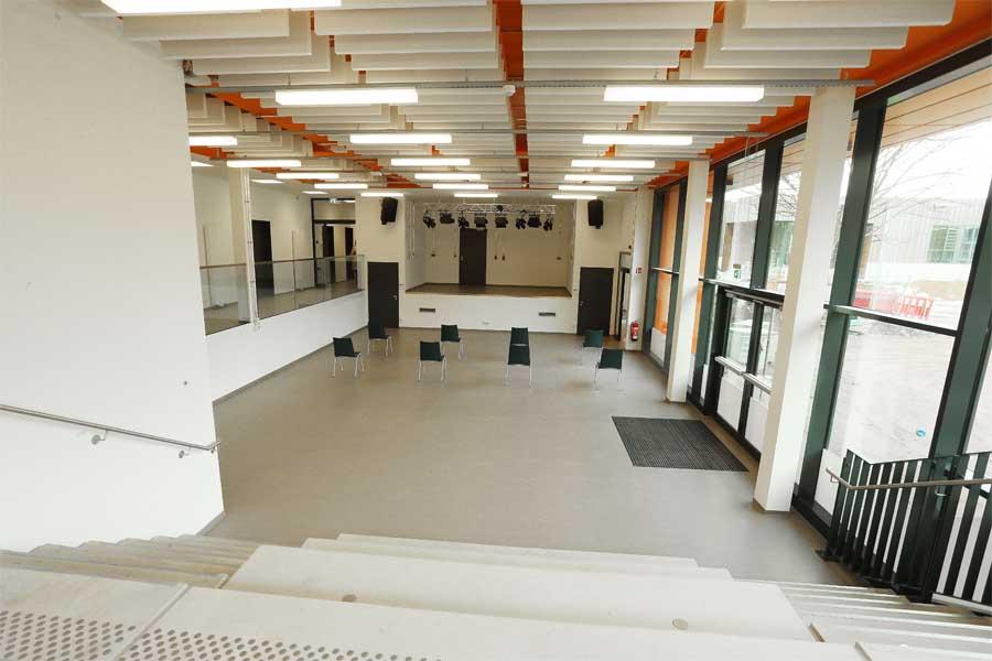 Die neue Aula ist als zentraler Raum das Bindeglied zwischen Bestands- und Neubau (Foto: Stadt Düsseldorf/David Young)