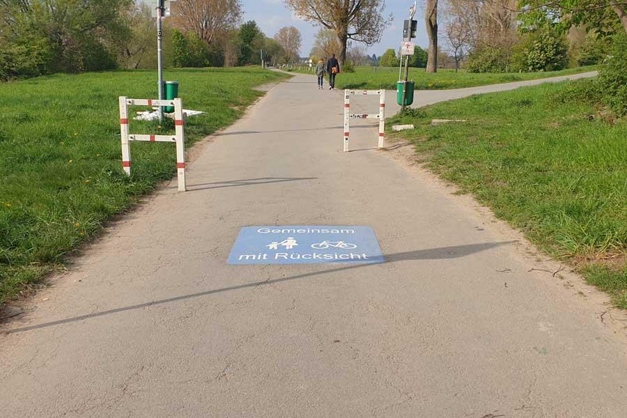 Mit neuen Piktogrammen wirbt Düsseldorf für ein rücksichtsvolles Miteinander auf gemeinsamen Geh- und Radwegen (Foto: Stadt Düsseldorf, Amt für Verkehrsmanagement)