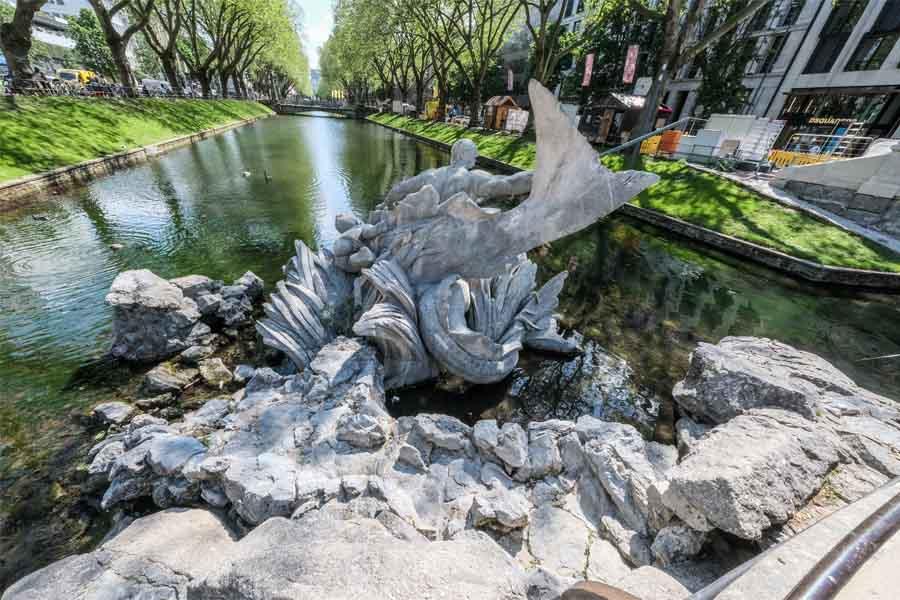 Der Tritonenbrunnen sprudelt nach aufwendiger Sanierung erstmals seit über einem Jahr wieder (Foto: Stadt Düsseldorf/Michael Gstettenbauer)