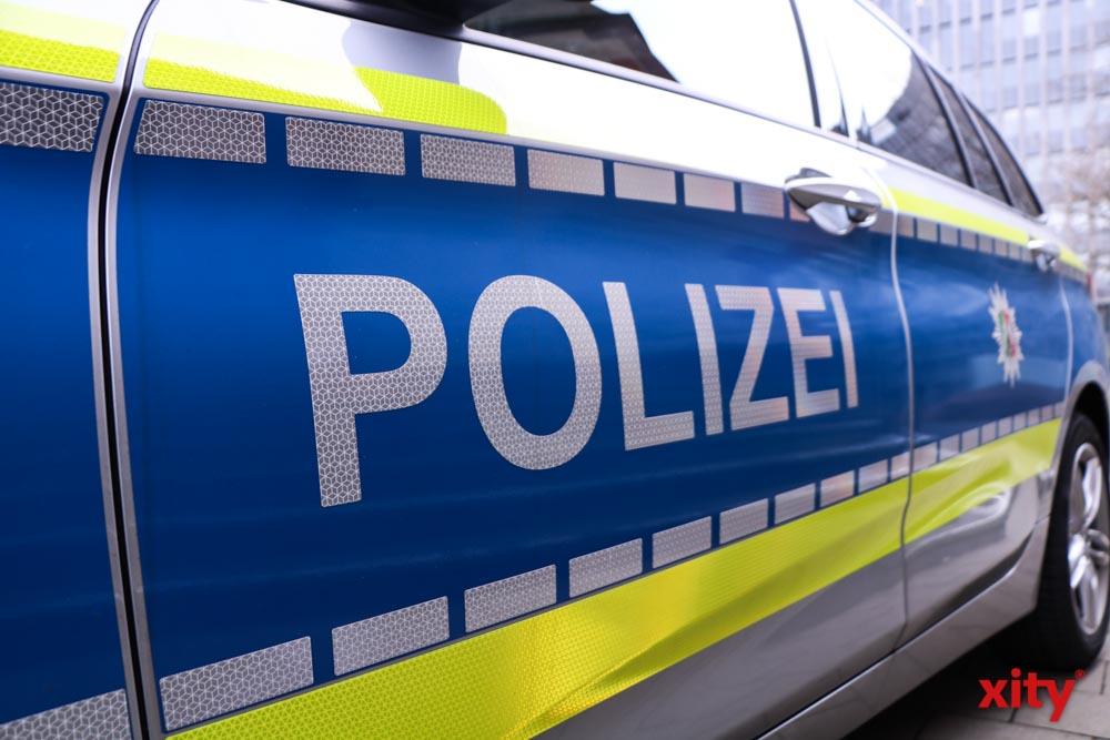 Düsseldorf: 21-jähriger Fahrzeugführer flüchtet vor Verkehrskontrolle und fährt gegen Streifenwagen (Foto: xity)