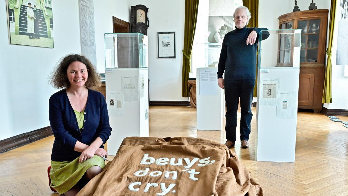 Museumsleiterin Dr. Jennifer Morscheiser und der Historiker Dirk Senger (Foto: Stadt Krefeld, Presse und Kommunikation, A. Bischof)