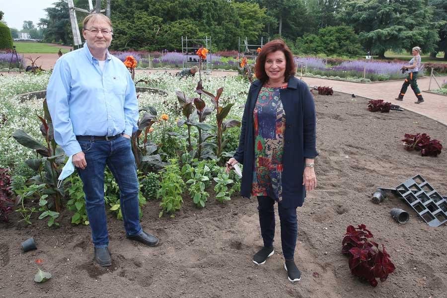Gründezernentin Helga Stulgies und Jörg Langenhorst, Leiter Hauptbetriebshof (Foto: Stadt Düsseldorf/David Young)