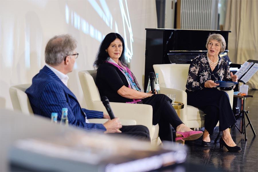 Kulturdezernent Hans-Georg Lohe, Planungsdezernentin Cornelia Zuschke und Moderatorin Maria Beck (Foto: Daniel Senzek)