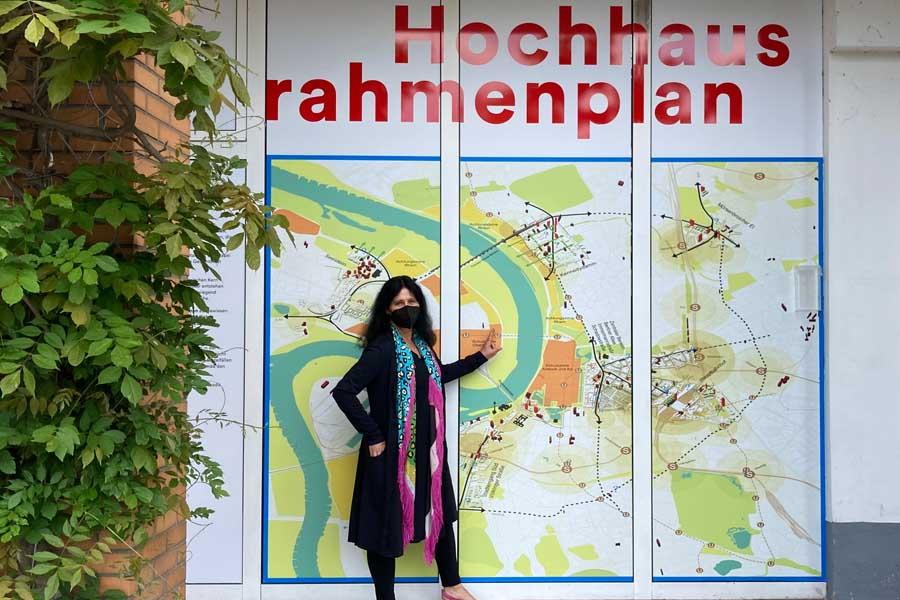 Beigeordnete Cornelia Zuschke vor der Ausstellung (Foto: Stadt Düsseldorf)