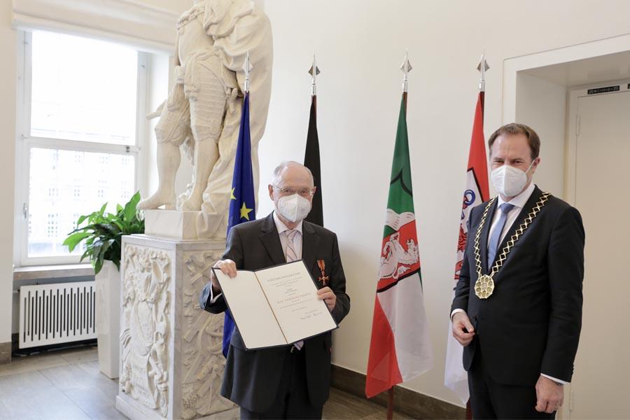 Oberbürgermeister Dr. Stephan Keller mit Hans Schwarz (Foto: Stadt Düsseldorf/Ingo Lammert)