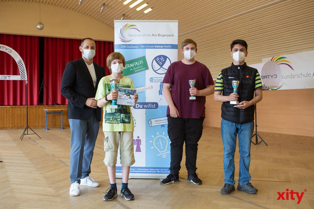 Pavle Madzirov, Schulleiter des Sekundarschule am Biegerpark mit den Siegern der Altersgruppe U-18(Foto: xity)