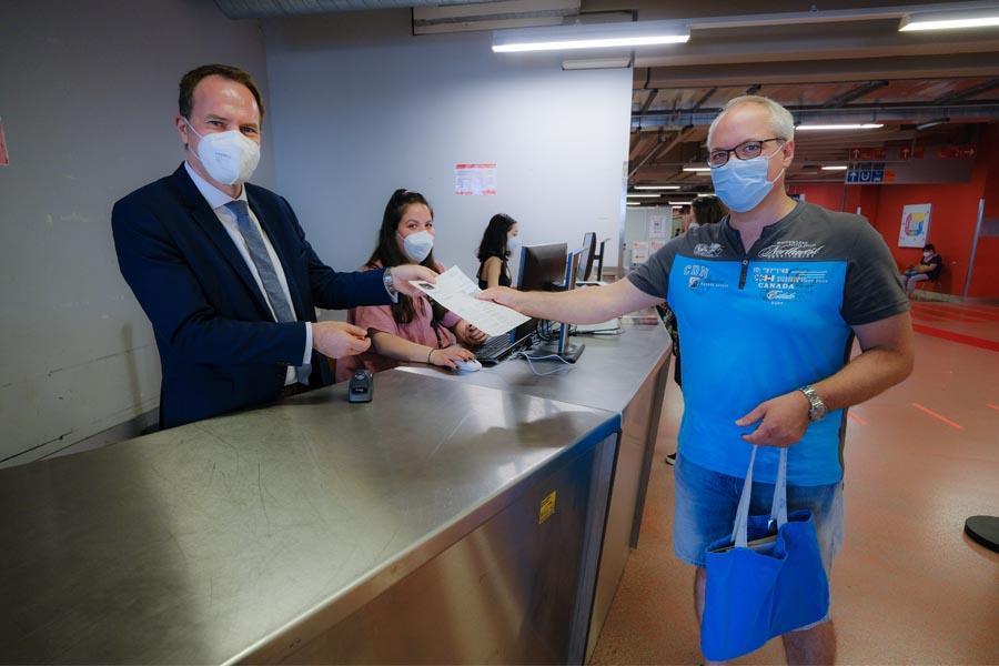 OB Keller übergibt einen digitalen Impfnachweis an Patrick Wieland (Foto: Stadt Düsseldorf/Michael Gstettenbauer)