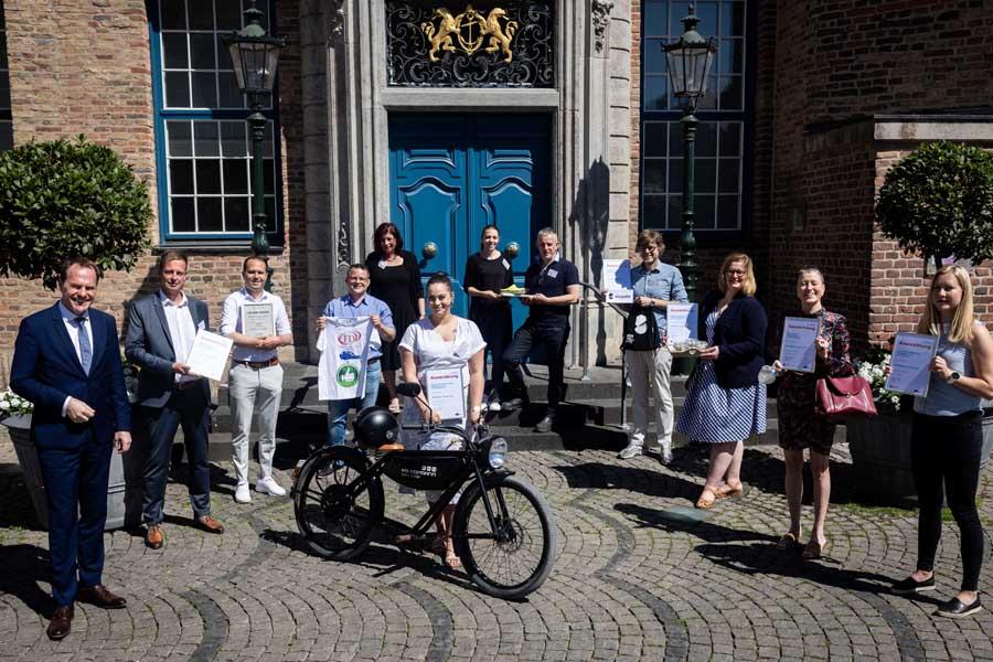 Oberbürgermeister Dr. Stephan Keller nahm die Auszeichnung der zehn Ökoprofit-Betriebe vor (Foto: Stadt Düsseldorf, Lars Heidrich)