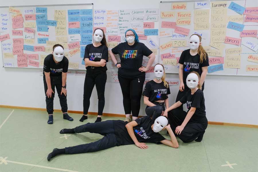 """Düsseldorfer Workshopgruppe """"Identität"""" zusammen mit Workshopleiterin Johanna Scholtissek (Foto: Stadt Düsseldorf/Michael Gstettenbauer)"""