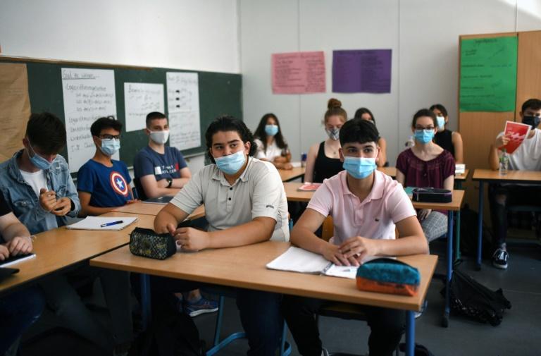Mehrere Bundesländer lockern Maskenpflicht in Schulen (© 2021 AFP)