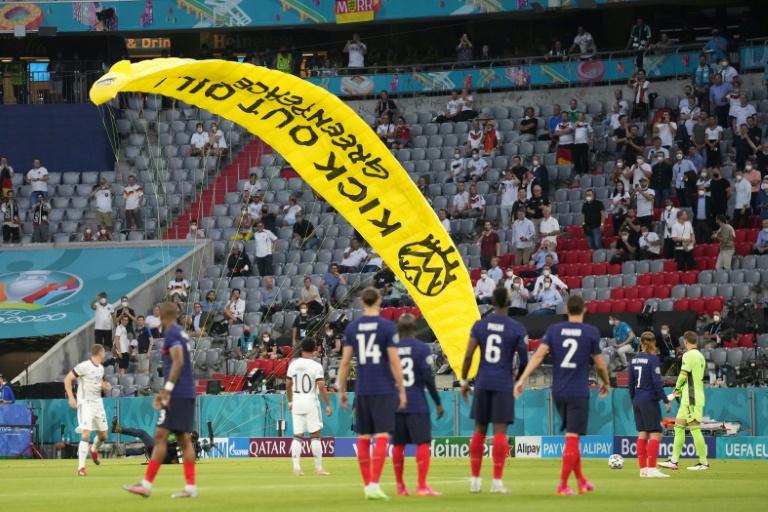 Greenpeace-Protestaktion vor EM-Auftaktspiel der deutschen Mannschaft (© 2021 AFP)