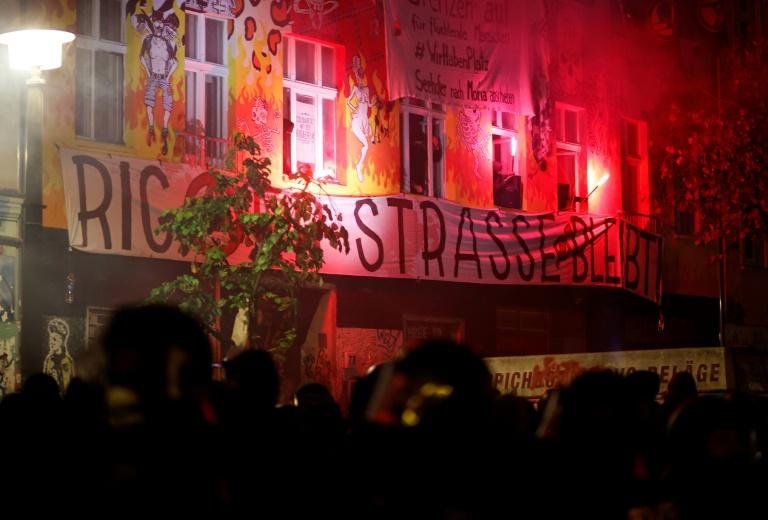 Unterstützer von besetztem Berliner Haus errichten brennende Barrikaden (© 2021 AFP)