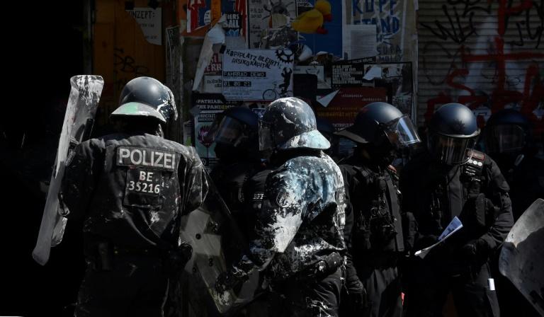Erneute Auseinandersetzungen bei besetztem Haus in Berlin (© 2021 AFP)