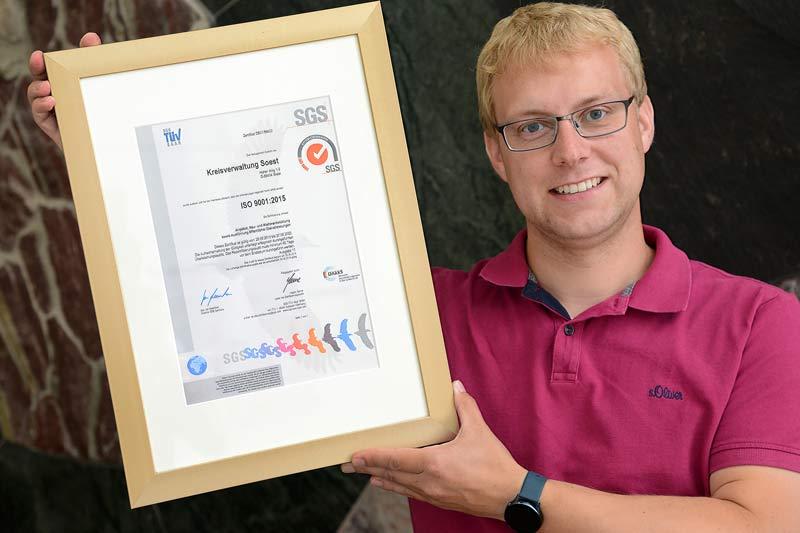 Benjamin Behrens ist stolz auf die lange und erfolgreiche QM-Historie beim Kreis Soest. (Foto: Thomas Weinstock)