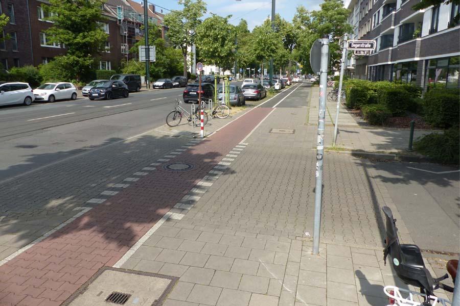 Degerstraße: Die bereits umgesetzte Aufpflasterung gibt dem Rad- und Fußverkehr den Vorrang (Foto: Stadt Düsseldorf)