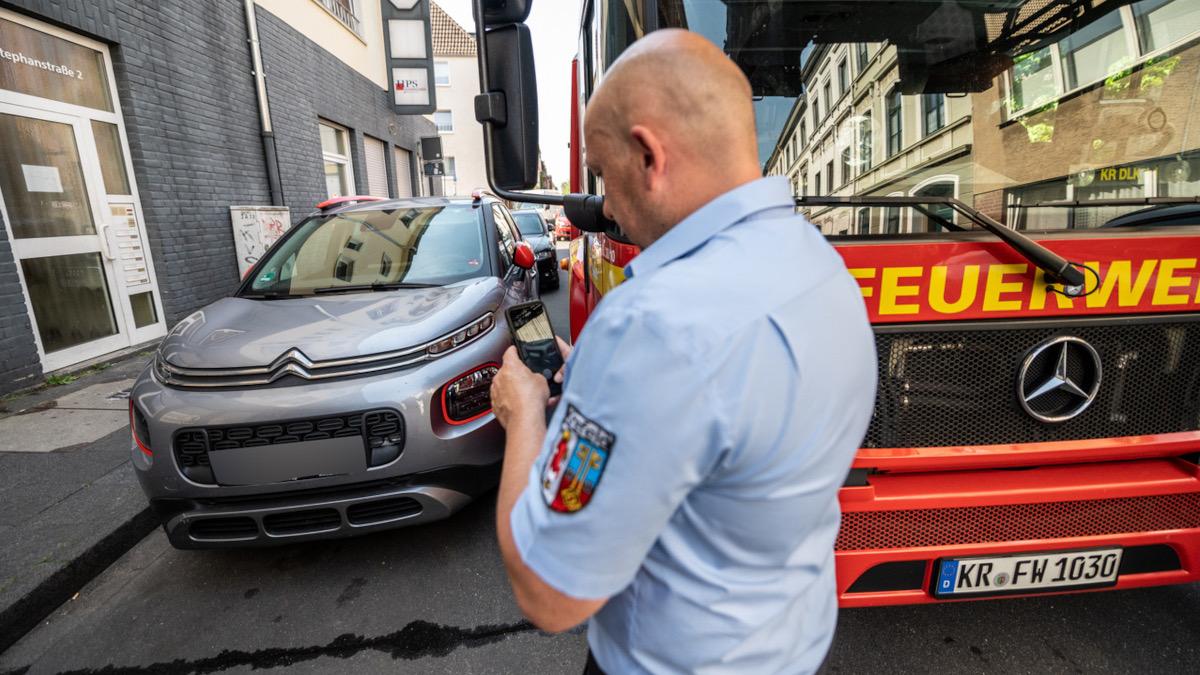 Wenn ein Fahrzeug den Verkehrsweg blockiert, muss Hilfe gerufen werden (Foto: Stadt Krefeld, Presse und Kommunikation, Alexander Forstreuter)