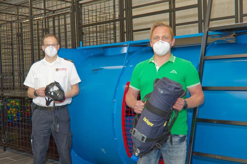 Sebastian Schrage (rechts) und Kreisbrandmeister Michael Kling mit den neuen Geräten aus dem Atemschutzpool. (Foto: Mathis Schneider)