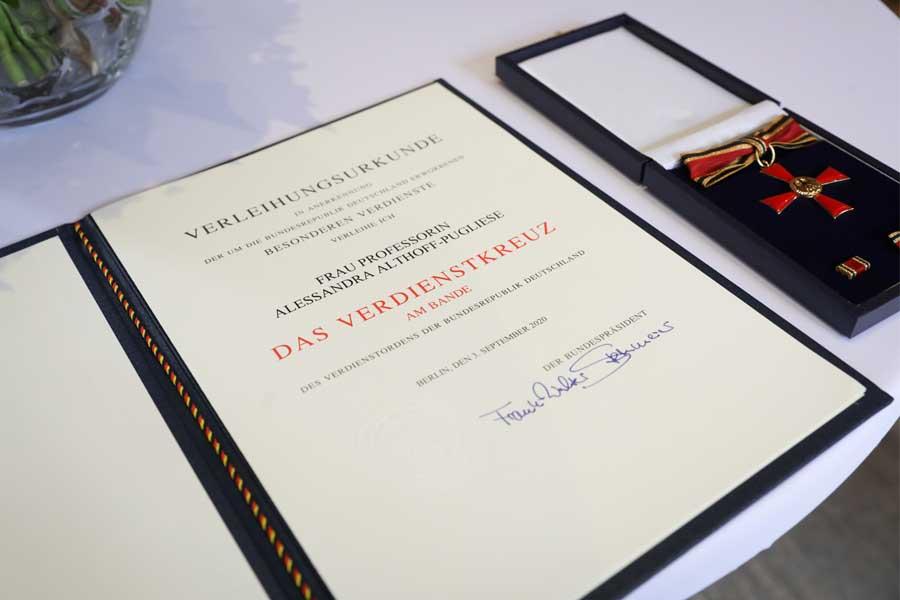 Bundesverdienstkreuz an Prof. Alessandra Althoff-Pugliese(Foto: Stadt Düsseldorf/Melanie Zanin)