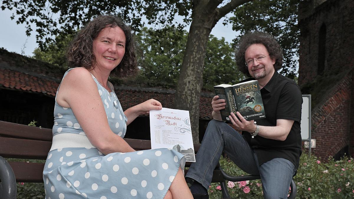 Dr. Jennifer Morscheiser (links), Leiterin Museum Burg Linn, und Fantasy-Autor Bernhard Hennen (Foto: Stadt Krefeld, Presse und Kommunikation, Dirk Jochmann)
