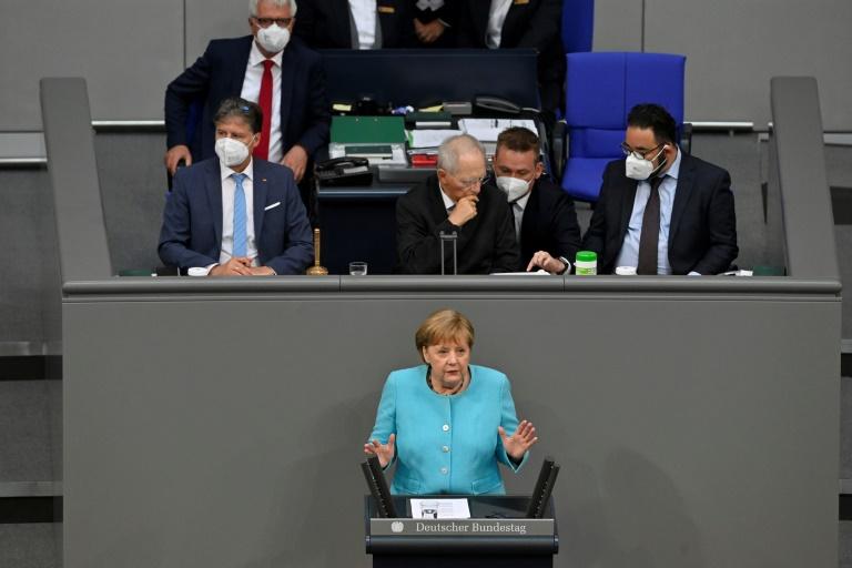 Merkel warnt vor Freigabe der Lizenzen für Corona-Impfstoffe (© 2021 AFP)