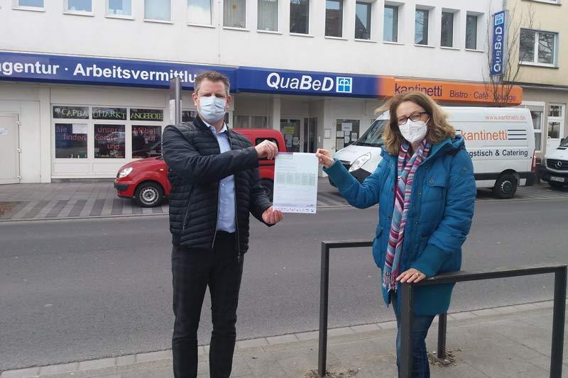 QuaBeD Geschäftsführer Jan-Dirk Hedt überreicht Christa Beermann das Dokument zur Kampagnenteilnahme. (Foto: Ennepe-Ruhr-Kreis)