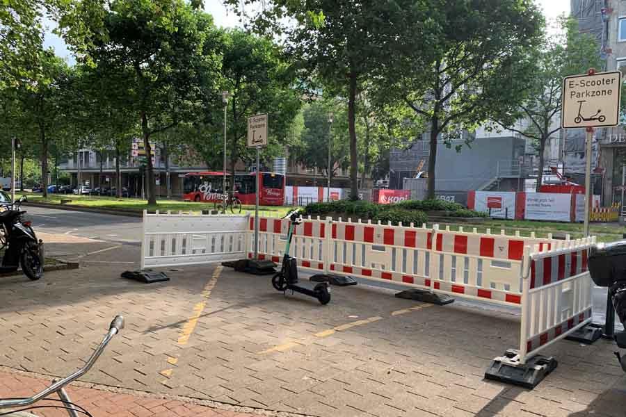 Auch an der Heinrich-Heine-Allee gegenüber der Oper gibt es nun einen Abstellplatz für E-Scooter (Foto: Gacel Schömburg/Connected Mobility Düsseldorf)