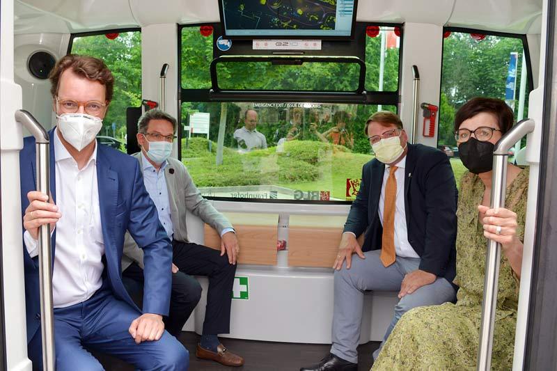 Zur Jungfernfahrt mit SOfia in Soest brachen auf (v. l.) NRW-Verkehrsminister Hendrik Wüst, Dr. Eckhard Ruthemeyer, Markus Patzke sowie Birgit Westers. (Foto: Thomas Weinstock)