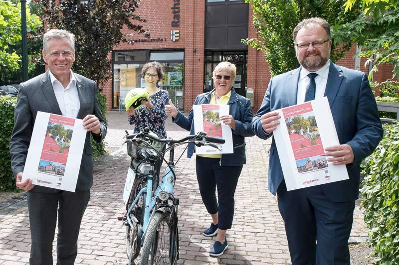 Werben für die Niederrheinische Raderlebniswoche (v.l.): Landrat Hans-Jürgen Petrauschke, Steffi Lorbeer, Jutta Danners und Bürgermeister Marc Venten. (Foto: S. Büntig)