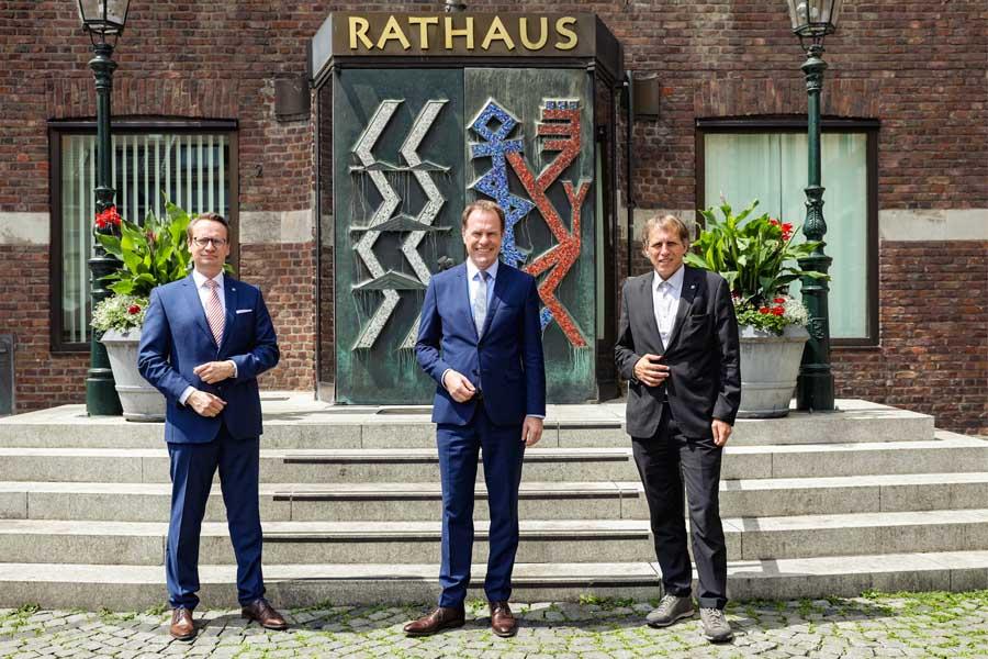 Die neuen Beigeordneten Dr. Michael Rauterkus (l.) und Dipl.-Ing. Jochen Kral mit OB Keller (Foto: Stadt Düsseldorf/Melanie Zanin)