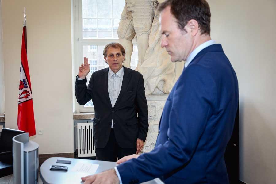 Dipl.-Ing. Jochen Kral legt den Amtseid ab (Foto: Stadt Düsseldorf/Melanie Zanin)
