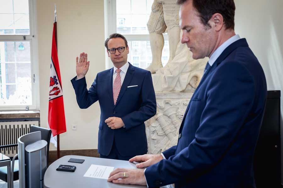 Dr. Michael Rauterkuslegt den Amtseid ab (Foto: Stadt Düsseldorf/Melanie Zanin)