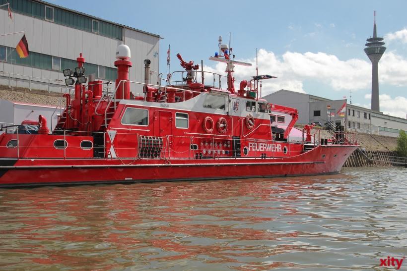 Feuerwehren aus Düsseldorf, Dormagen, Monheim und die DLRG sicherten das Boot (Foto: xity)