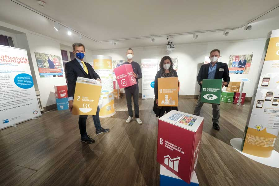 """Ausstellungseröffnung """"17 Ziele für nachhaltige Entwicklung der Agenda 2030"""" im Rathaus Düsseldorf (Foto: Stadt Düsseldorf, Michael Gstettenbauer)"""