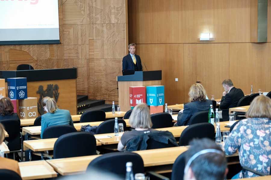 Bürgermeister Josef Hinkel begrüßte die Teilnehmenden an der Auftaktveranstaltung (Foto: Stadt Düsseldorf, Michael Gstettenbauer)