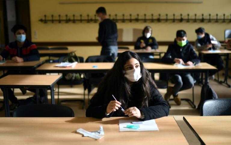 Virologin fordert neues Corona-Testkonzept für Schulen nach den Sommerferien (© 2021 AFP)