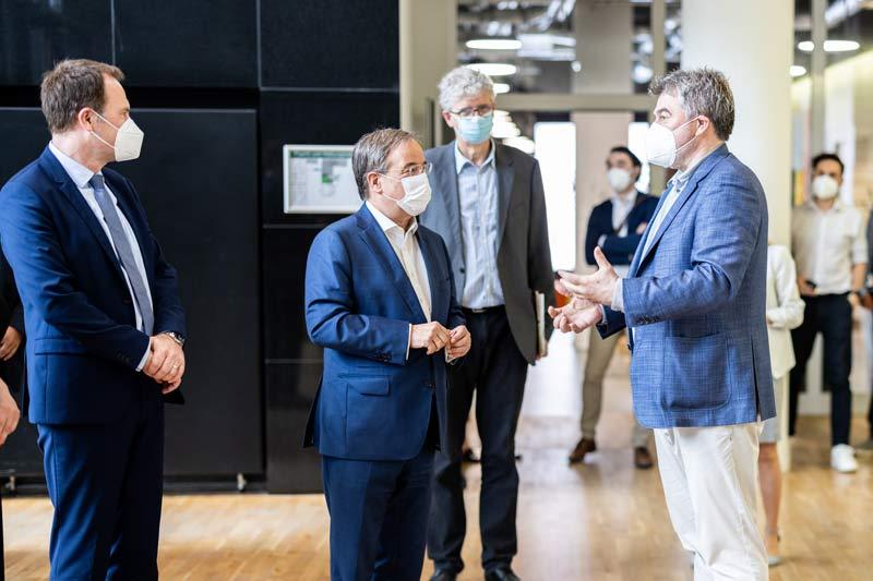 """Oberbürgermeister Dr. Stephan Keller (links) mit Ministerpräsident Armin Laschet (2.v.l.) bei der Eröffnung des """"Fusion Campus"""".  (Foto: Marcel Kusch)"""