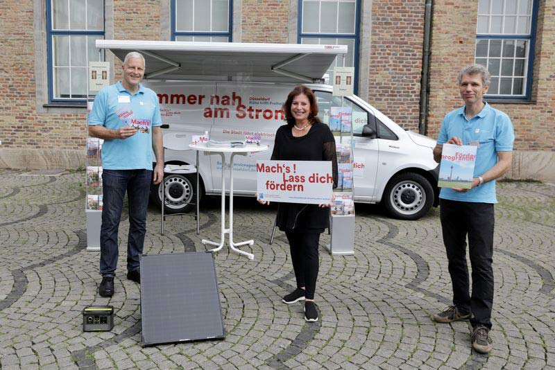 Startschuss für das Klimamobil: Umweltdezernentin Helga Stulgies (M.) und die Christoph Gormanns (li.) sowie Heribert Rubarth (re.) stellten das neue Beratungsangebot vor. (Foto: Ingo Lammert)