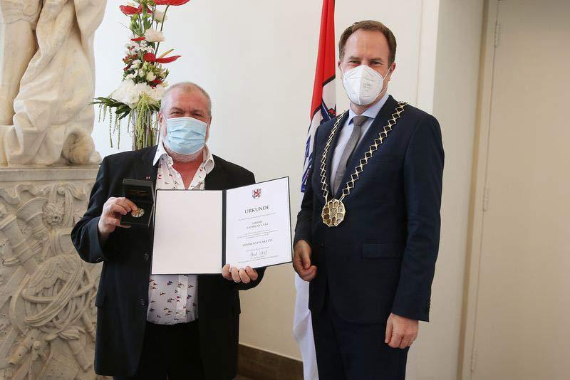 Oberbürgermeister Dr. Stephan Keller hat Ladislav Ceki am Mittwoch, 7. Juli, mit der Verdienstplakette der Landeshauptstadt Düsseldorf ausgezeichnet. (Foto: David Young)
