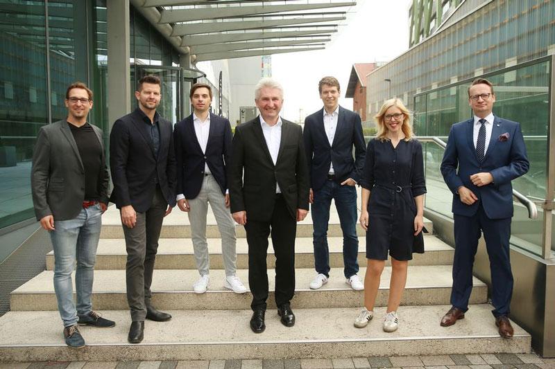 Philipp Heltewig (2.v.l.) und Sascha Poggemann (3.v.r.) mit Wirtschaftsminister Pinkwart (Mitte) und Dr. Michael J. Rauterkus (r.), sowie Theresa Winkels, Leiterin der Wirtschaftsförderung. (Foto: Stadt Düsseldorf)