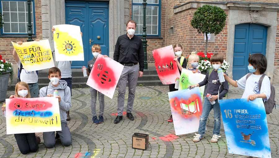 OB Dr. Stephan Keller begrüßte die Kinder beim Workshop zum Thema Nachhaltigkeit auf dem Rathausplatz (Foto: Stadt Düsseldorf/Wilfried Meyer)