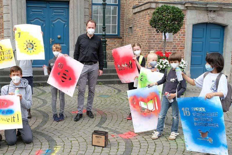 Oberbürgermeister Dr. Stephan Keller (m.) begrüßte die Kinder beim Workshop zum Thema Nachhaltigkeit auf dem Rathausplatz. (Foto: Wilfried Meyer)