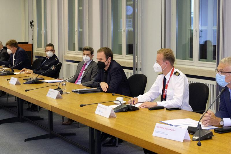 Pressekonferenz im Rathaus: Oberbürgermeister Dr. Stephan Keller (3.v.r) informierte mit Krisenstabsleiter Christian Zaum (4.v.r.) zur aktuellen Hochwasserlage. (Foto: Wilfried Meyer)