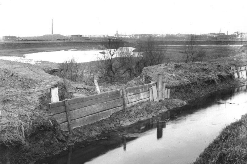 Historische Aufnahme von einem Hochwasser der Düssel: Dammdurchbruch nahe Eller am 3. Januar 1925. (Foto: Stadt Düsseldorf)