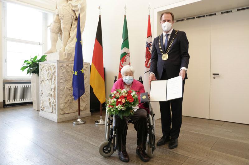 Bundesverdienstkreuz für Edith Bader. (Foto: Stadt Düsseldorf)