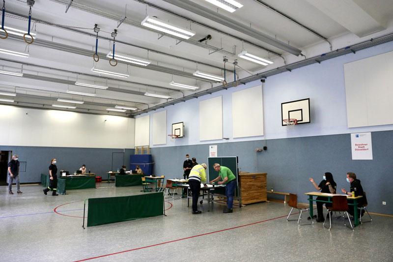Blick in die Turnhalle der KGS Unter den Eichen, in der von Hochwasser betroffene Bürgerinnen und Bürger beraten werden und Hilfen erhalten. (Foto: Stadt Düsseldorf)