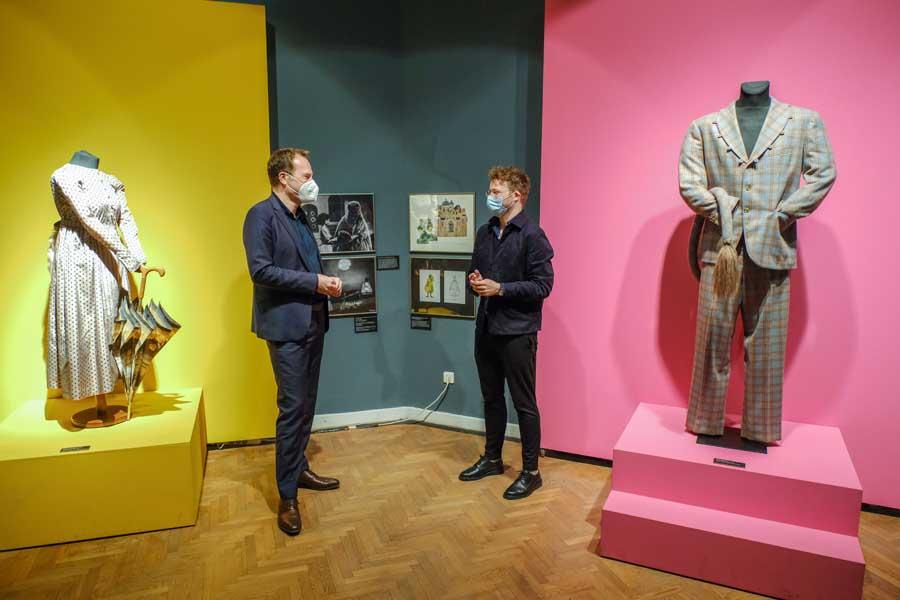 OB Dr. Stephan Keller im Gespräch mit dem neuen Leiter des Theatermuseums, Sascha Förster (Foto: Stadt Düsseldorf/Michael Gstettenbauer)