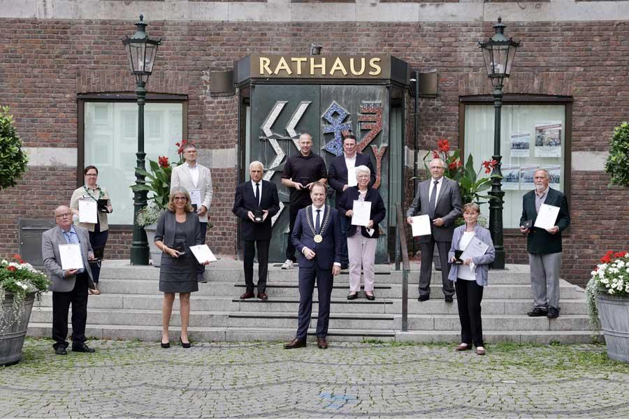 Oberbürgermeister Dr. Stephan Keller mit den Preisträgerinnen und Preisträgern(Foto: Stadt Düsseldorf/Ingo Lammert)
