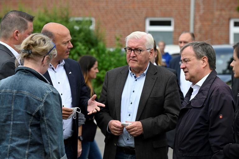 Lachender Laschet in Erftstadt sorgt für empörte Reaktionen (© 2021 AFP)